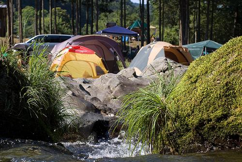 川沿いのテント