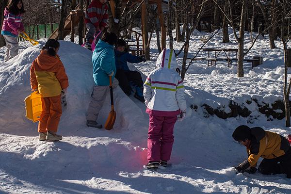 子ども達は今日も雪遊び