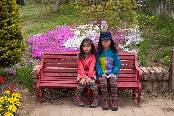 赤いベンチが可愛い
